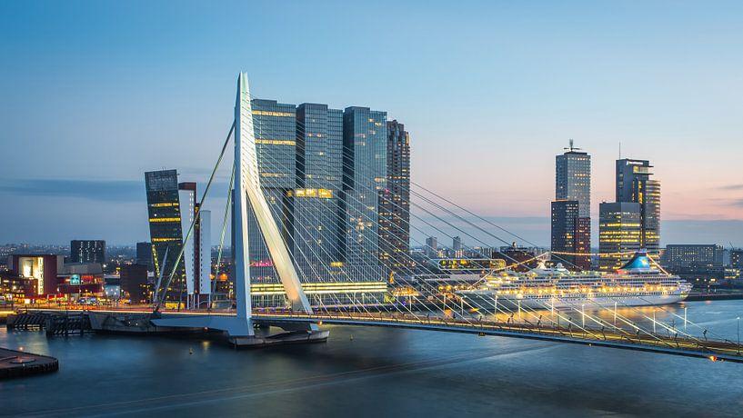 Rotterdam Erasmusbrug bij avond van Leon van der Velden