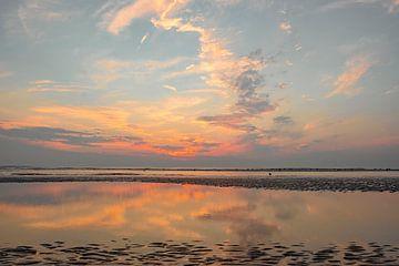 Zomerse zonsondergang op het Noordzeestrand bij Bloemendaal van Sjoerd van der Wal