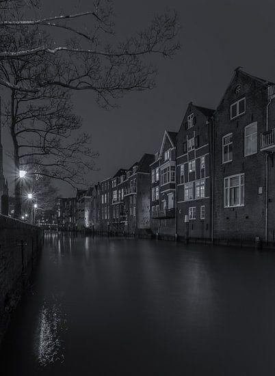 Voorstraathaven in Dordrecht in de avond - zwart-wit