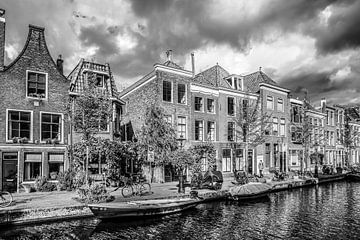 Oude Rijn Leiden in zwart wit van Dirk van Egmond