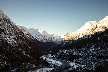 Fahren durch die norwegischen Berge im frühen Winter von Geke Woudstra