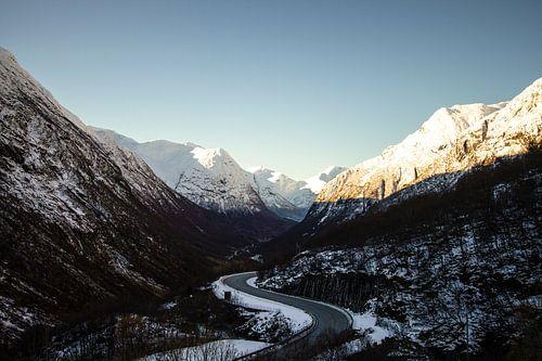 Rijden door de Noorse bergen in de vroege winter