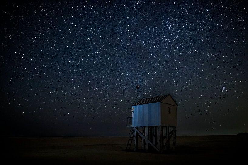 Drenkelingenhuisje Terschelling onder nachtelijke sterrenhemel van Maurice Haak