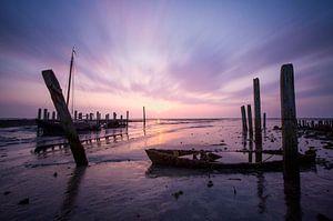 Het vervallen haventje van Cocksdorp in Texel met een vergane bootje