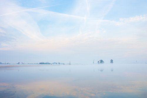 serene ochtendstilte aan het water