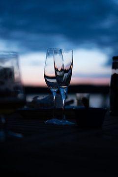 Wijnglazen na zonsondergang