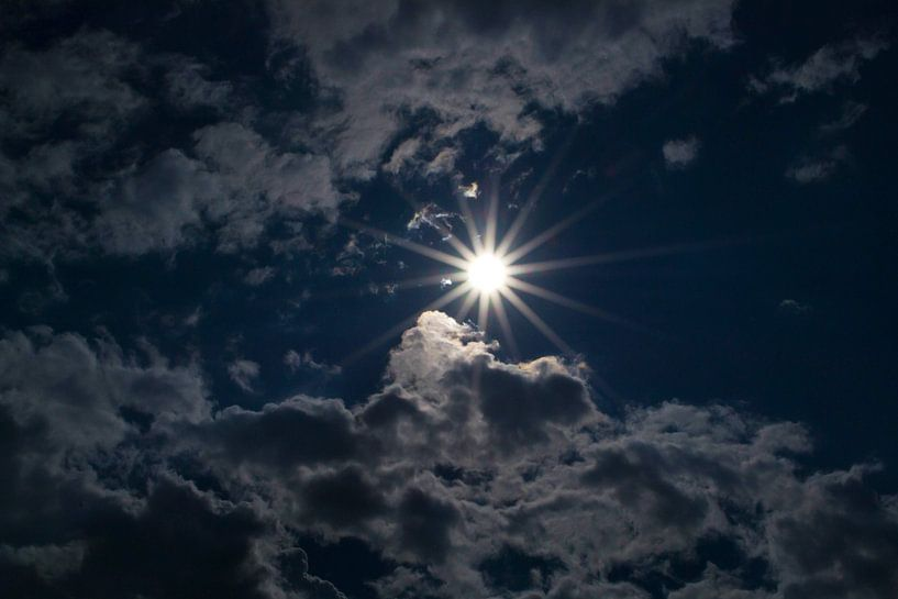 Achter de wolken schijnt de zon van Ratna Bosch