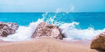 Les vagues blanches se brisent sur un rocher de la plage. sur MICHEL WETTSTEIN