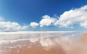 Reflectie in water op het strand van