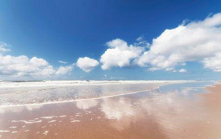 Reflectie in water op het strand