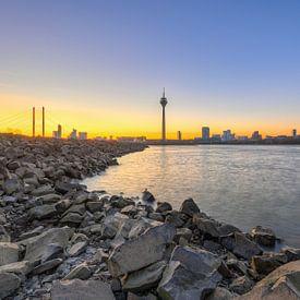 Am Rheinufer in Düsseldorf von Michael Valjak