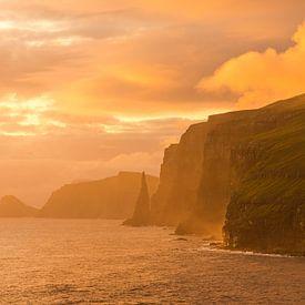 Zonsondergang aan de westkust van Sandoy van Gerry van Roosmalen