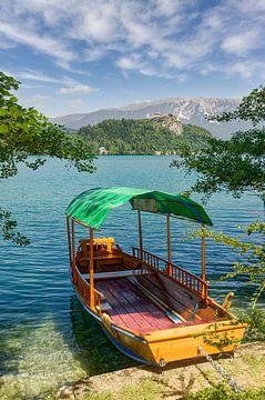 Bateau traditionnel en bois ( Pletna) sur le lac de Bled sur Peter Eckert