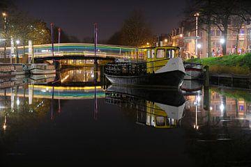 Veerpontje ISTI in de Weerdsingel in Utrecht met een bus over de Monicabrug von Donker Utrecht