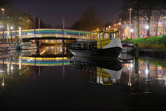 Veerpontje ISTI in de Weerdsingel in Utrecht met een bus over de Monicabrug van Donker Utrecht