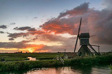 holländische Windmühle bei Sonnenuntergang von Menno van der Haven