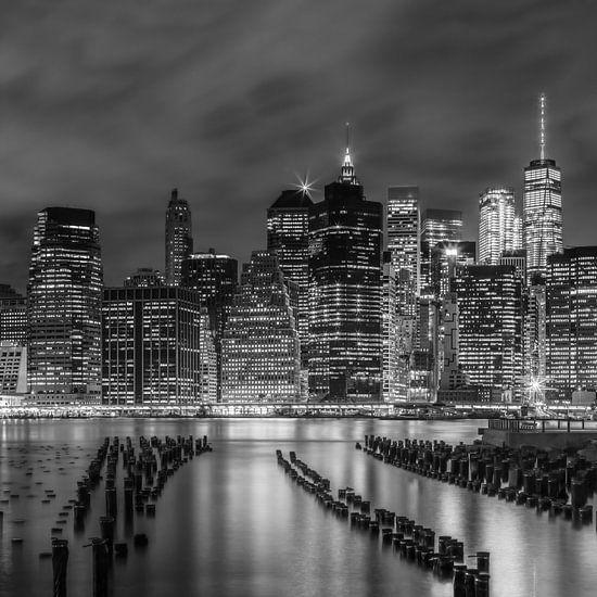 NEW YORK CITY Monochrome Indruk in de nacht  van Melanie Viola