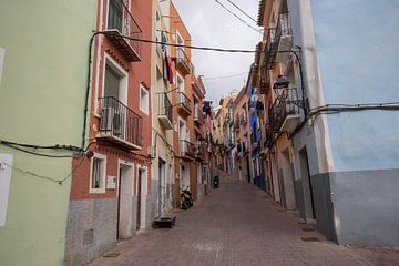 Straße in der Ortschaft Joiosa, Alicante, Spanien von Joost Adriaanse