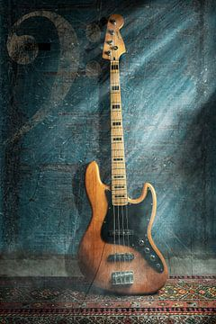 Guitare basse contre un mur avec une clé musicale sur Bert-Jan de Wagenaar
