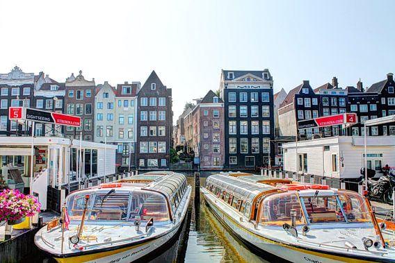 Damrak Amsterdam met Rondvaartboten