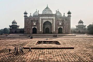 Les portes du Taj Mahal au soleil matinal, Agra sur Tjeerd Kruse