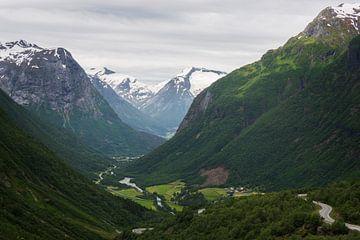 De groene vallei van Hjelle omringd door bergen in Noorwegen van