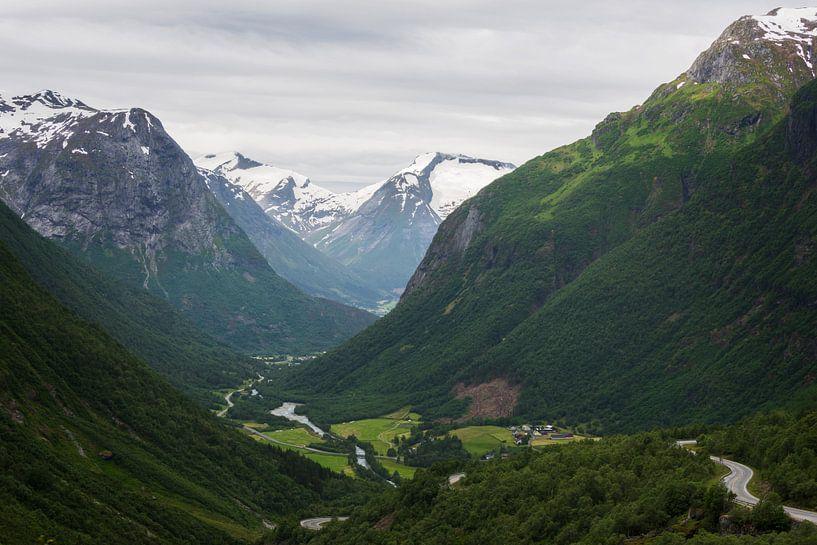 De groene vallei van Hjelle omringd door bergen in Noorwegen van iPics Photography