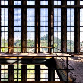 Raampartij symmetrie een vervallen fabriek van Sven van der Kooi (kooifotografie)