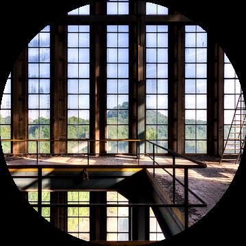 Raampartij symmetrie een vervallen fabriek van Sven van der Kooi