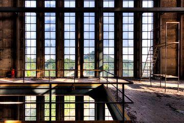 Symétrie des fenêtres d'une usine délabrée sur Sven van der Kooi
