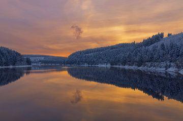Winteravond in de Okertalsperre in de Harz van Peter Eckert