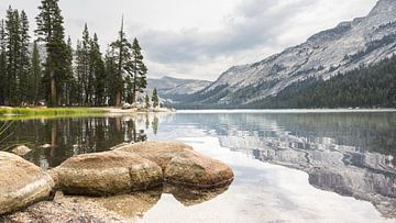 Tioga meer aan de Tioga pas van Yosemithy NP in Californie USA van Hilda Weges