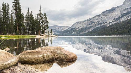 Tioga meer aan de Tioga pas van Yosemithy NP in Californie USA