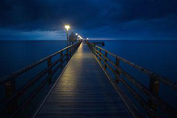 Nachts auf der Seebrücke Zingst von Marko Sarcevic