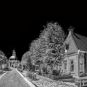 Hoofdstraat van Berlikum, Friesland,  met kerk, in zwart - wit