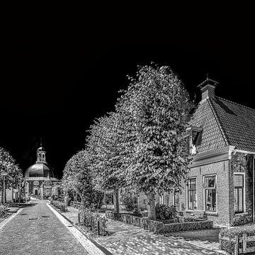 Hoofdstraat van Berlikum, Friesland,  met kerk, in zwart - wit von Harrie Muis