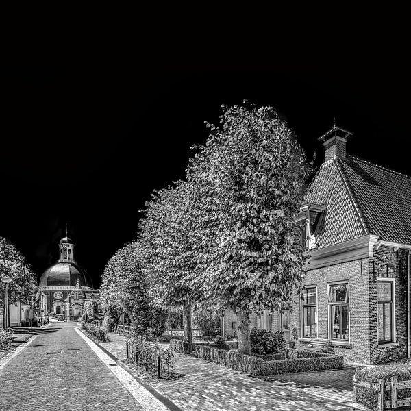 Hoofdstraat van Berlikum, Friesland,  met kerk, in zwart - wit van Harrie Muis