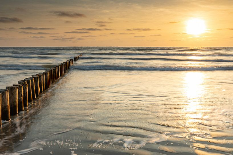 Zonsondergang op het strand van Ameland van Ron Buist
