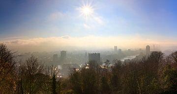 Winterse zonsopkomst skyline Luik von Dennis van de Water