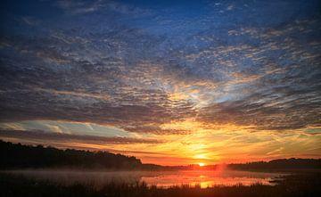 zonsopkomst....zon..ochtend ..rood.. gee..l oranje..water blauw.. wolken sur hanny bosveld
