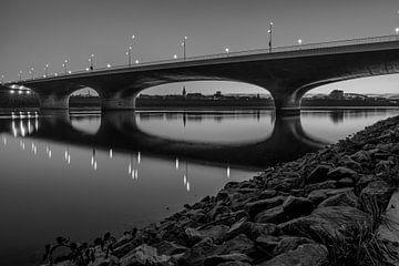 Verlängerte Waalbrücke Nijmegen schwarz-weiß von Henk Kersten