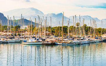 Uitzicht op de jachthaven op Mallorca, Spanje Balearen van Alex Winter