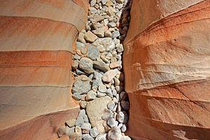 Kiezelstenen tussen de rotsen