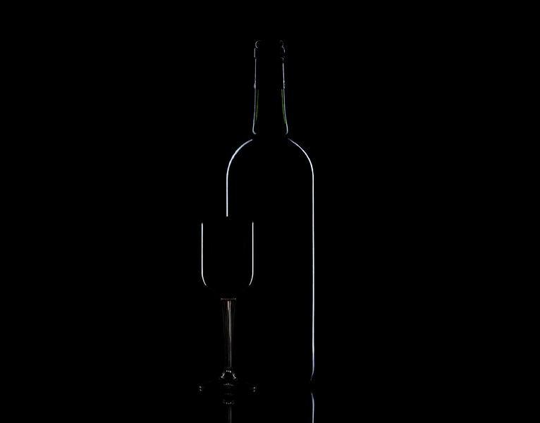 Fles en glas low-key van Tanja van Beuningen