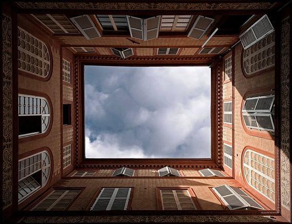 Blik omhoog op binnenplaats in Florence.........