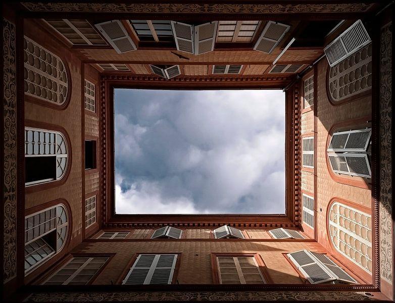 Blik omhoog op binnenplaats in Florence......... van Wim Schuurmans