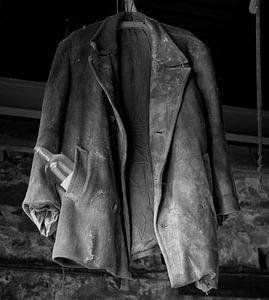 Getragene Jacke mit Flasche von Betty Heideman Fotografie
