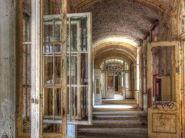 Long couloir avec fenêtres ouvrantes dans un ancien bâtiment sur Tineke Visscher