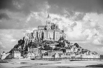Mont Saint-Michel in schwarz und weiß, bildfüllend von Martijn Joosse