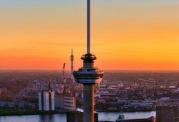 De Euromast in Rotterdam tijdens zonsondergang sur Roy Poots